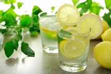 Avantajele si dezavantajele apei plate cu lamaie